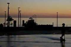 Schattenbild von Henley Beach-Quadrat und -pier an der Dämmerung in Adelaide South Australia lizenzfreie stockfotos