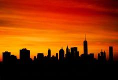 Schattenbild von im Stadtzentrum gelegenem Manhattan bei Sonnenuntergang Stockbild