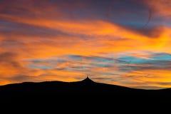 Schattenbild von Jested Berg zur Sonnenuntergangzeit, Liberec, Tschechische Republik lizenzfreie stockbilder