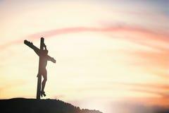 Schattenbild von Jesus mit kreuzen vorbei Sonnenuntergangkonzept für Religion, lizenzfreies stockbild