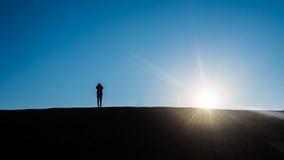 Schattenbild von Leuten auf Hügel Stockbilder
