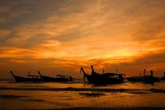 Schattenbild von longtail Booten am Strand Lizenzfreie Stockfotografie