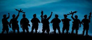 Schattenbild von Militärsoldaten team oder befehligen mit Waffen an Stockfotografie