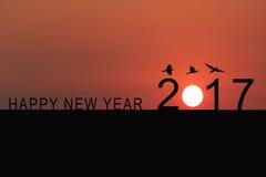 Schattenbild von Nr. 2017 auf dem Hausdach und -sonnenuntergang im twilig stockbilder