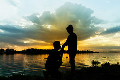 Schattenbild von Paaren bei Sonnenuntergang Stockbilder