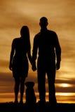 Schattenbild von Paaren mit einem Hund lizenzfreie stockbilder