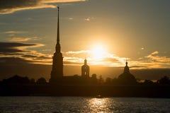 Schattenbild von Peter und von Paul Cathedral vor dem hintergrund der sitzenden-unten Sonne Abend-St Petersburg Stockbilder