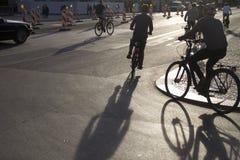 Schattenbild von Radfahrern stockbilder