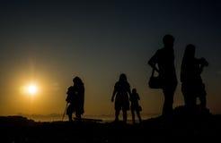 Schattenbild von Reisenden mit Kamera während des Sonnenaufgangs auf dem Berg Stockbilder