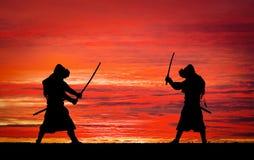 Schattenbild von Samurais im Duell Bild mit zwei Samurais Lizenzfreies Stockfoto