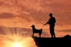 Schattenbild von Soldaten mit Waffen und Hunden Stockfotos