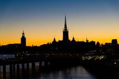 Schattenbild von Stockholm-Stadtbildskylinen mit Riddarholmen-Kirchtürmen, Stadt-Hall Stadshuset-Turm, Brücke über See Malaren he lizenzfreies stockfoto