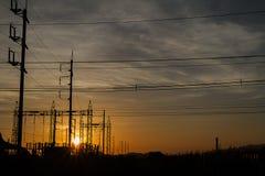 Schattenbild von Strombeiträgen während des goldenen Sonnenuntergangs Lizenzfreies Stockbild