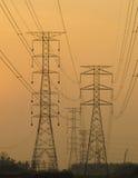 Schattenbild von Strommasten und -linien. Lizenzfreie Stockbilder