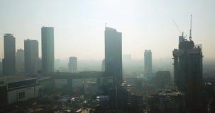 Schattenbild von Wolkenkratzern mit Luftverschmutzung stock video