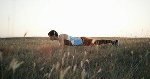 Schattenbild von Yogasportlern führt Übung am Morgenpark durch stock video