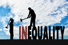 Schattenbild von zwei Männern mit Vorschlaghämmern zertrümmern Wortungleichheit Stockbilder