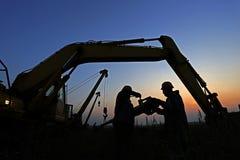 Schattenbild von zwei workes auf Sonnenuntergang Lizenzfreie Stockfotos
