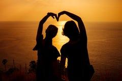 Schattenbildarm in der Herzform Stockfotografie