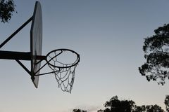 Schattenbildbasketballkorb, -netz und -rückenbrett stockbild