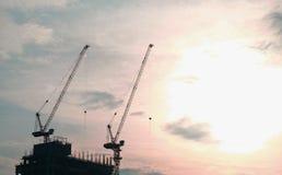 Schattenbildbaukran-Sonnenuntergang blackground Lizenzfreies Stockbild