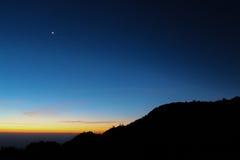 Schattenbildberg mit Sonnenaufganghimmel-Stratosphärehintergrund Lizenzfreie Stockbilder