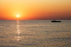 Schattenbildboot mit schönem Sonnenaufgang Lizenzfreie Stockfotos