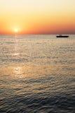 Schattenbildboot mit schönem Sonnenaufgang Stockfotos