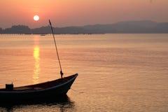 Schattenbildboot und -sonnenuntergang Lizenzfreies Stockfoto