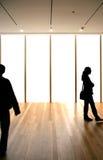 Schattenbilder über unbelegten Fenstern Lizenzfreies Stockfoto