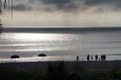 Schattenbilder auf dem Strand Lizenzfreies Stockfoto