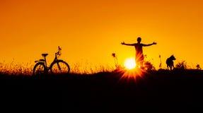 Schattenbilder bei Sonnenuntergang in der Sommersaison lizenzfreie stockfotografie