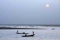 Schattenbilder der afrikanischen Boote mit Sonne Lizenzfreies Stockfoto