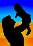 Schattenbilder der glücklichen Mammas und des Schätzchens lizenzfreies stockbild