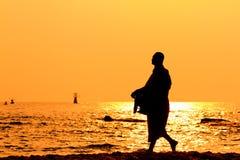 Schattenbilder der Mönche auf dem Strand Stockfotos