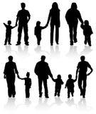 Schattenbilder der Muttergesellschaft mit Kindern Stockfotografie