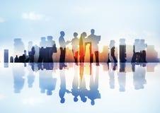 Schattenbilder der verschiedenen Tätigkeiten der Geschäfts-Leute draußen Stockbilder