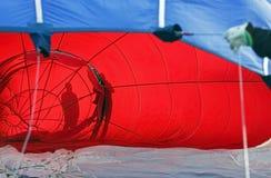 Schattenbilder des blauen Rotes des Heißluftballons Lizenzfreie Stockfotos