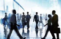 Schattenbilder des Geschäfts und des zufälligen Leute-Gehens Stockfoto