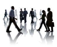 Schattenbilder des Geschäfts und des zufälligen Leute-Gehens Stockfotografie