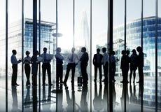 Schattenbilder des Geschäftsleute-Arbeitens und des Stadtbilds Lizenzfreie Stockbilder