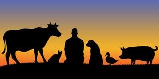 Schattenbilder des Mannes mit Sonnenuntergang vieler Tiere Lizenzfreie Stockbilder