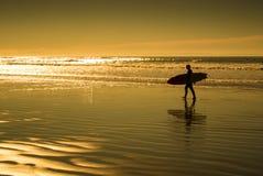 Schattenbilder des Surfers im Sonnenuntergang lizenzfreie stockfotografie