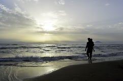 Schattenbilder des Vaters und der Tochter im Sonnenuntergang Stockfoto
