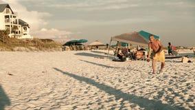 Schattenbilder, die brasilianisches Strand futvolei footvolley, einen Sport kombiniert Fußballfußball und -Volleyball, bei Sonnen stock footage
