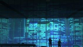 Schattenbilder in einem Bürogebäude gegen Wolkenkratzer stock video
