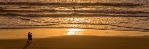 Schattenbilder eines Paares, das den Sonnenuntergang auf dem Atlantik Lacanau Frankreich genießt stockfotografie