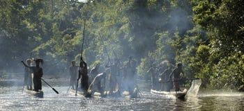 Schattenbilder von asmat Kriegern auf den Booten Stockbild