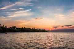 Schattenbilder von Bäumen auf der Küste von Griechenland und von Himmel bei Sonnenuntergang Stockbilder