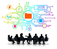 Schattenbilder von den arbeitenden Geschäftsleuten und von Daten-Konzept Stockbilder